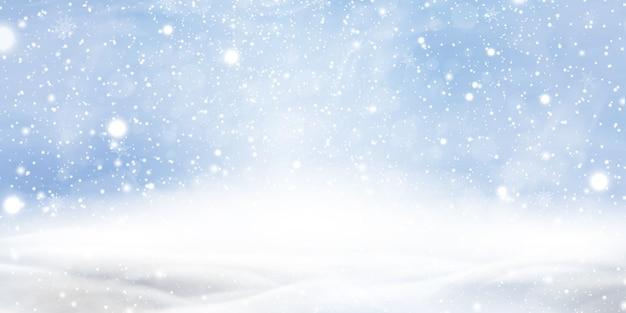 Natuurlijke winter christmas achtergrond met blauwe lucht, zware sneeuwval, sneeuwvlokken in verschillende vormen en vormen, sneeuwbanken. de winterlandschap met dalende kerstmis die mooie sneeuw glanzen.