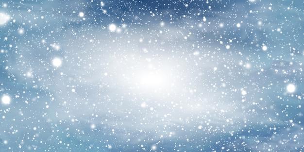 Natuurlijke winter kerst achtergrond met blauwe lucht, zware sneeuwval, sneeuwvlok, formulieren, sneeuwlaag. winterlandschap met vallende kerst glanzende mooie sneeuw.
