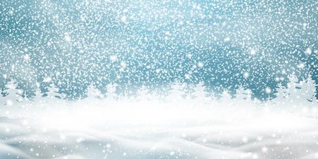 Natuurlijke winter kerst achtergrond met blauwe lucht, zware sneeuwval, sneeuwvlokken, besneeuwd naaldbos, sneeuwlaag. winterlandschap met vallende kerst glanzende mooie sneeuw.