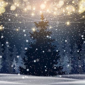 Natuurlijke winter kerstboom achtergrond met blauwe lucht, zware sneeuwval, sneeuwvlokken in verschillende vormen en vormen, sneeuwlaag. winterlandschap met vallende kerst glanzende mooie sneeuw.