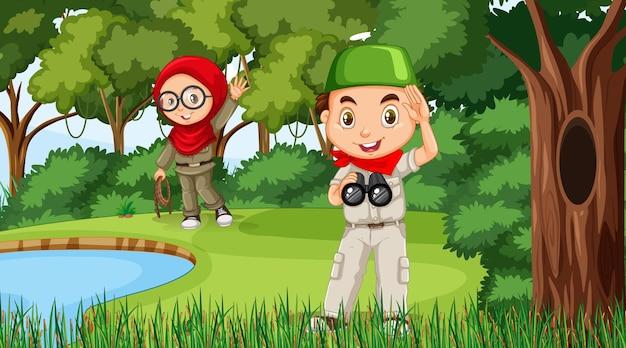 Natuurtafereel met moslimkinderen die in het bos verkennen