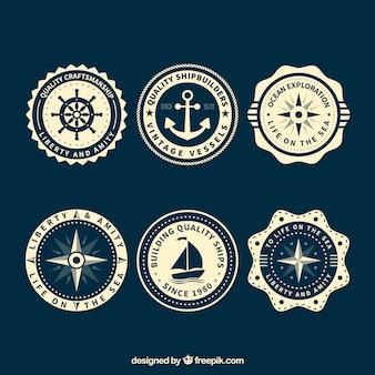Nautische badges met verschillende decoratieve elementen