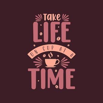 Neem het leven per kopje. koffie citaten belettering van ontwerp.