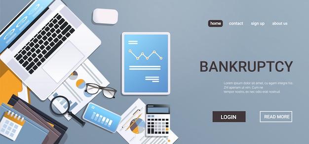 Neerwaartse grafiek economische pijl naar beneden vallen op digitale apparaten schermen faillissement van financiële crisis