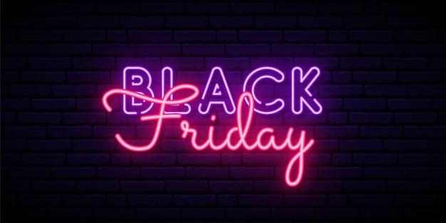 Neon black friday-tekst op donkere bakstenen muur.