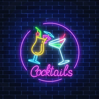 Neon cocktails bar inloggen cirkelframe met letters op donkere bakstenen muur achtergrond. gloeiende gasreclame