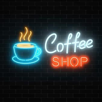 Neon coffeeshop uithangbord op een donkere bakstenen muur. warm drankje en eten café teken.