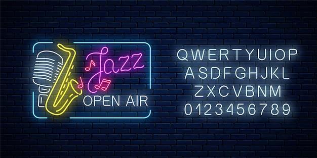 Neon jazz festival banner met retro microfoon, saxofoon en belettering in rechthoekig frame met alfabet op donkere bakstenen muur achtergrond. jazzmuziek open lucht flyer. vector illustratie.