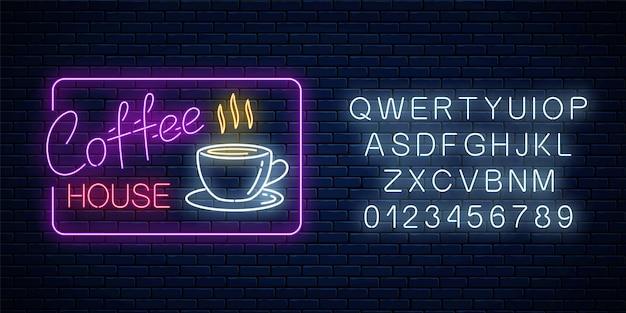 Neon koffie tijd gloeiende teken in rechthoekig frame met alfabet op een bakstenen achtergrond. warm drankje café uitnodigend uithangbord ontwerp. vector illustratie. Premium Vector