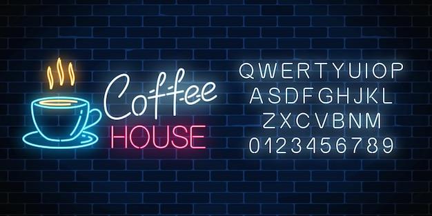 Neon koffiehuis uithangbord met alfabet op een donkere bakstenen muur