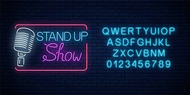 Neon opstaan showteken met retro microfoon op een bakstenen muur achtergrond. komedie strijd gloeiende bord met alfabet.