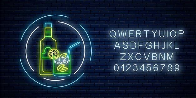 Neon teken van tequila bar met fles en drankje in glas in cirkelframes met alfabet op donkere bakstenen muur oppervlak. mexicaans alcohol drankje pub embleem in neon stijl. illustratie.