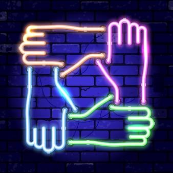 Neon uithangbord sloeg de handen ineen. teamwork, samenwerking of vriendschap. helder nachtuithangbord op bakstenen muurteken. vector illustratie realistisch neonpictogram