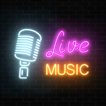 Neon uithangbord van nachtclub met live muziek. gloeiend straatteken van bar met karaoke en levende zangers.