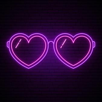 Neonglazen in de vorm van harten.
