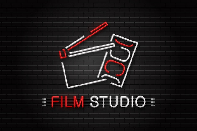 Neonreclame van bioscoopapparatuur voor decoratie op de muurachtergrond. concept van bioscoop, beroep van regisseur en filmproductie.