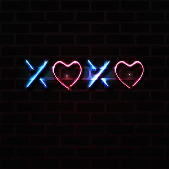 Neonteken met kussen en hartensymbool, xoxo realistische vectorillustratie op donkere bakstenen