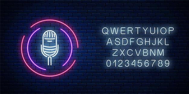 Neonteken met microfoon in rond kader met alfabet.