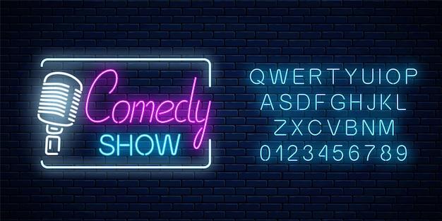 Neonteken van komedieshow met retro microfoonsymbool met alfabet op een bakstenen muurachtergrond. humor monoloog opstaan gloeiend uithangbord. vector illustratie.