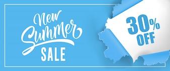Nieuwe zomerverkoop Dertig procent korting op belettering. Blauwe achtergrond met gescheurd rond gat
