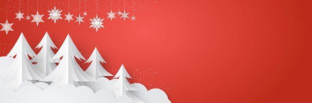 Nieuwjaar en kerstmis bannerontwerp met hangende sneeuwvlokken ornamenten, palmboom, vallende sneeuw en witte wolk op rode achtergrond