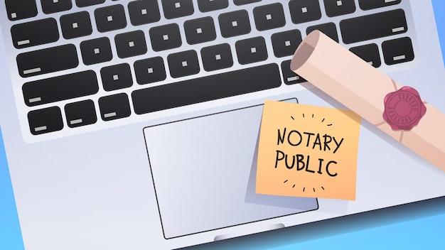 Notaris geschreven op notitie op laptop toetsenbord ondertekening en legalisatie documenten bovenaanzicht horizontaal