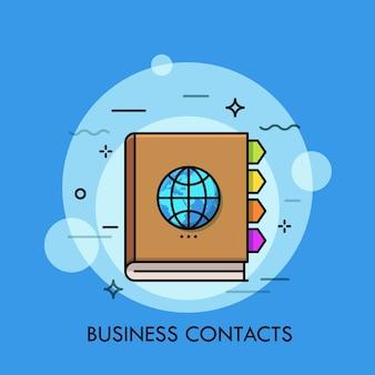 Notebook met kleurrijke bladwijzers en globe op omslag concept van zakelijke contacten internationale communicatie wereldwijde netwerken