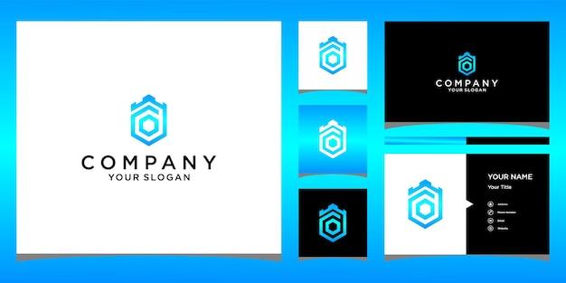 O crown king-logo-ontwerp met zakelijke kaartsjabloon