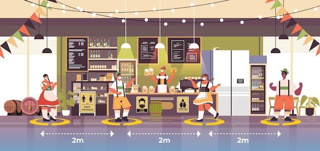 Obers in gezichtsmaskers die sociale afstand houden om coronavirus te voorkomen oktoberfest festival viering concept modern café interieur horizontaal
