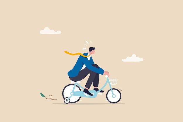 Oefening, training of inspanning voor loopbaangroei of zakelijk succes, ondernemer, amateur begint of start nieuw bedrijfsconcept, nieuwkomer zakenman oefent op kinderfiets met zijwielen.