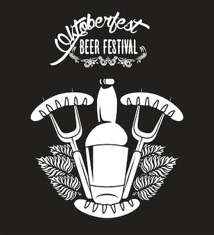 Oktoberfest viering festival poster met bierfles en worstjes in vorken.