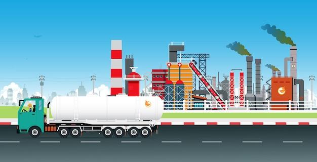 Olievrachtwagens vervoeren brandstof met een raffinaderij op de achtergrond