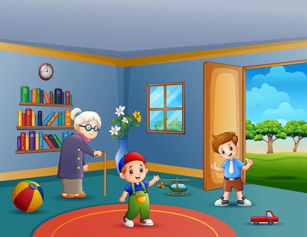 Oma en spelende kinderen in woonkamer