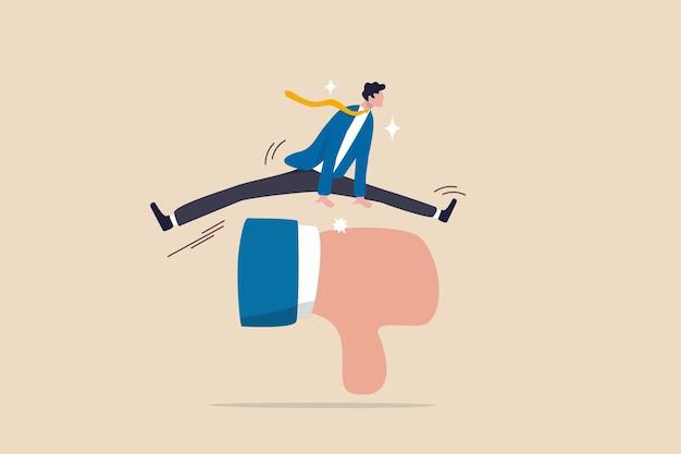 Omgaan met negatieve feedback, kritiek of schuld, negeer pesten of falen, overwin moeilijkheid tot succes in het werk, vertrouwen zakenman spring over criticus duim omlaag feedback om zakelijk doel te bereiken.