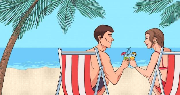 Сoncept van ontspannen op het strand. jong koppel verliefd cocktails drinken.