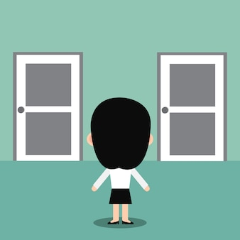 Onderneemster die zich voor twee gesloten deuren bevindt.