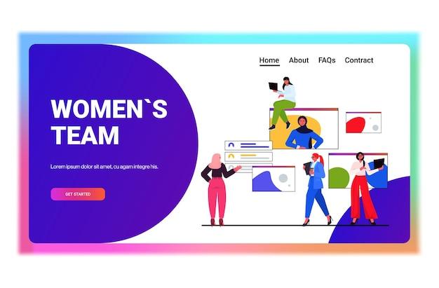Onderneemsters die online conferentievergadering hebben bedrijfsvrouwen die tijdens videogesprek met vrouwenleider in webbrowservenster horizontale vectorillustratie bespreken