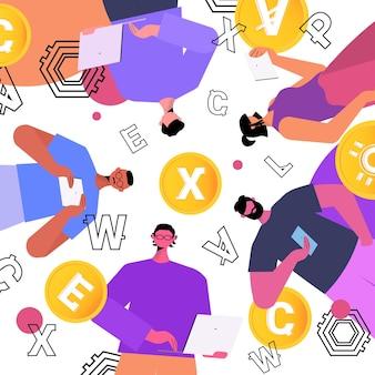 Ondernemers die verschillende virtuele geldmunten houden cryptocurrency uitwisseling banktransactie investering digitale valuta