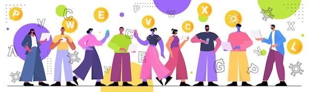 Ondernemers die verschillende virtuele geldmunten ontginnen op laptops cryptocurrency uitwisseling banktransactie