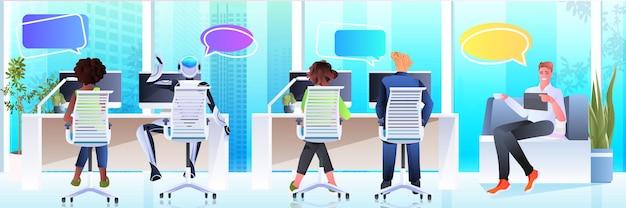 Ondernemers en robot werken aan computers chat bubble communicatie kunstmatige intelligentie teamwork