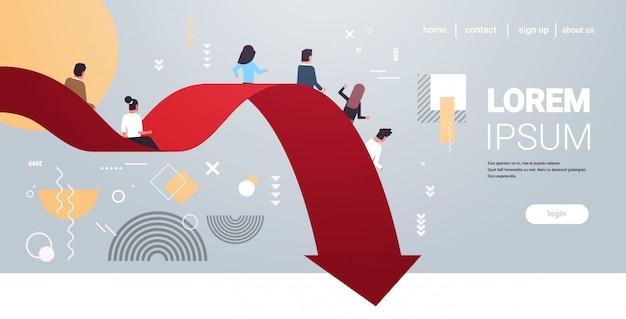 Ondernemers glijdend vallen economische pijl financiële crisis failliet investeringsrisico bedrijfsfalen concept volledige lengte