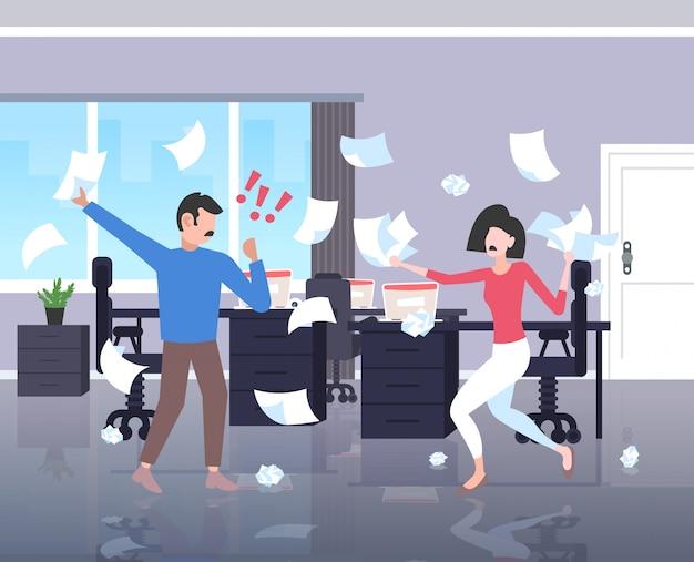 Ondernemers gooien papieren conflict probleem concept zakenman vrouw paar ruzie collega's betwisten hebben onenigheid op het werk negatieve emoties kantoor interieur horizontale volledige lengte