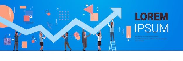 Ondernemers houden opwaartse financiële pijl omhoog teamwerk succesvolle bedrijfsontwikkeling groei concept mix race werknemers corrigeren richting van grafische horizontale volledige lengte