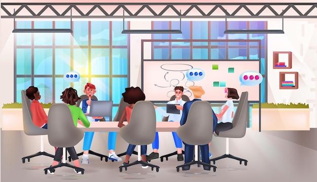 Ondernemers team bespreken tijdens vergadering aan ronde tafel chat bubble communicatie teamwork brainstormen