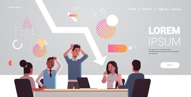 Ondernemers team gefrustreerd over economische pijl vallen financiële crisis failliet investering risico concept mix race beklemtoond werknemers zitten aan ronde tafel horizontaal portret