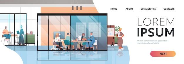 Ondernemers werken en praten samen in coworking center zakelijke bijeenkomst teamwerk concept