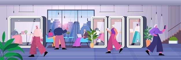 Ondernemers werken in beschermende glazen cabines zakenmensen team in moderne kantoren