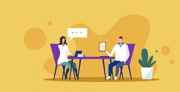 Ondernemers zitten bureau zakenvrouw baas vragen mannelijke kandidaat voor vacature positie over werkervaring praatjebel communicatieconcept