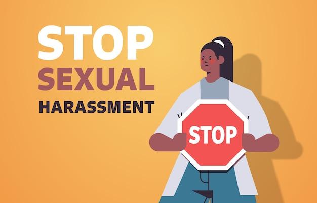 Ongelukkig meisje met blauwe plekken op gezicht houden teken stoppen seksuele intimidatie geweld tegen vrouwen concept portret horizontale vectorillustratie