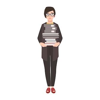Ongelukkige vrouwelijke bediende, werknemer of zakenvrouw met stapel mappen en documenten.